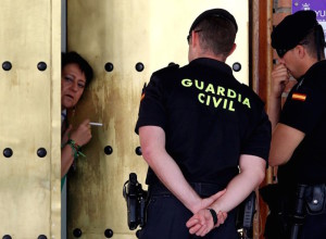 Guardia Civil a la puerta de una casa