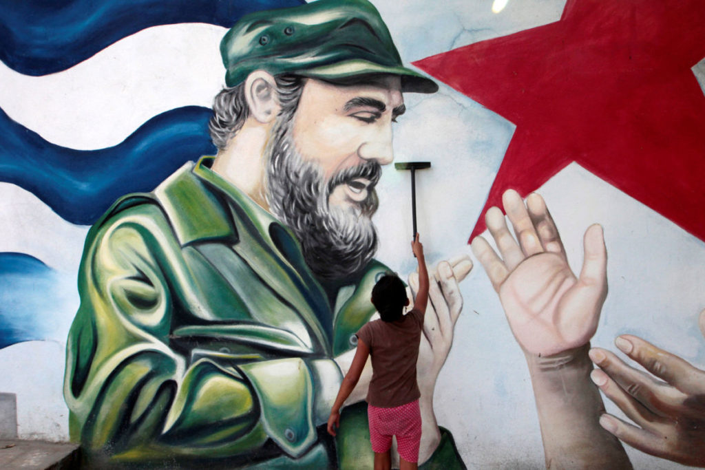 A child plays in front of a mural of late former Cuban leader Fidel Castro at the market in Managua, Nicaragua November 27, 2016. REUTERS/Oswaldo Rivas FOR EDITORIAL USE ONLY. NO RESALES. NO ARCHIVES